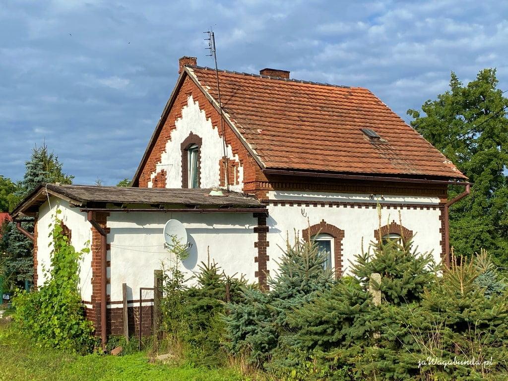 mały budynek z cegły