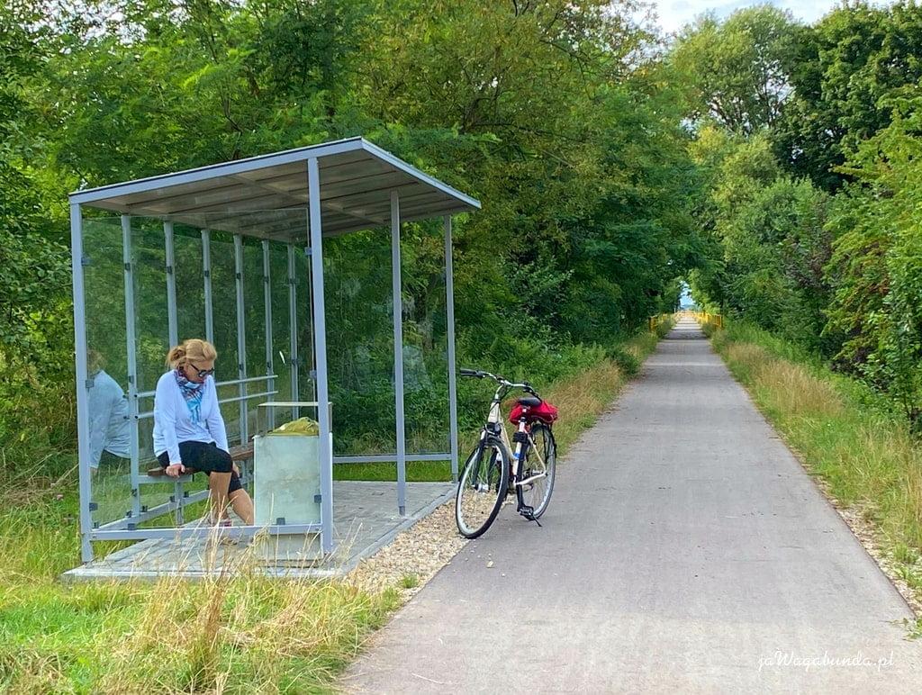 wiata wypoczynkowa, ścieżka i rower
