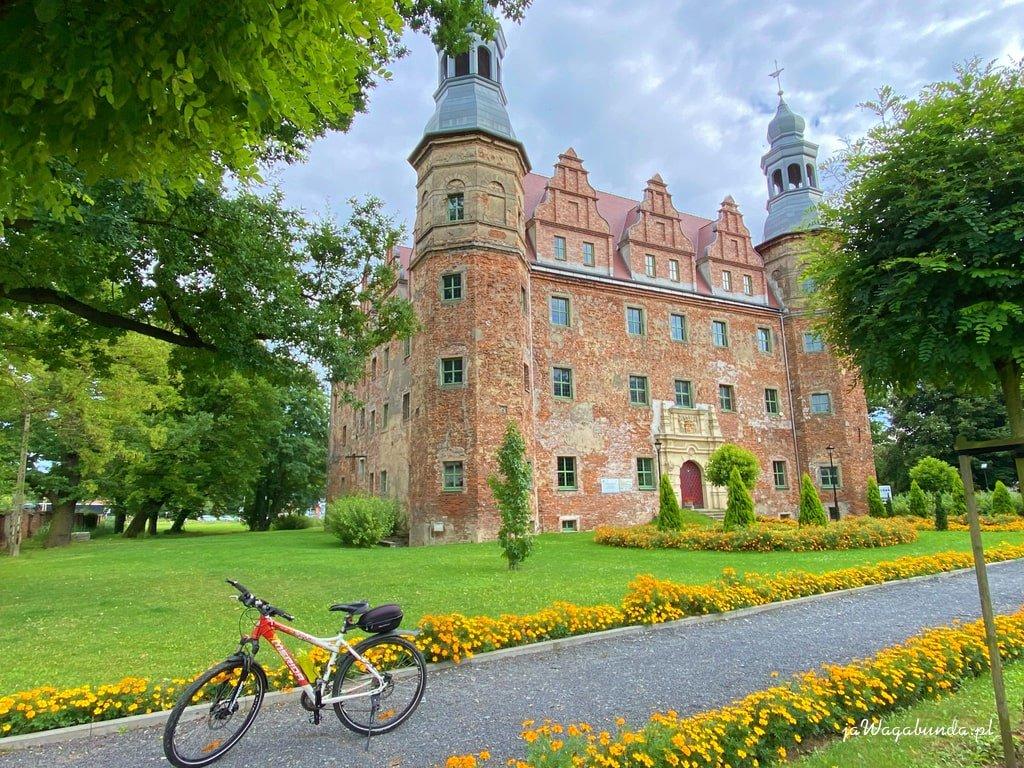pałac i rower przed pałacem