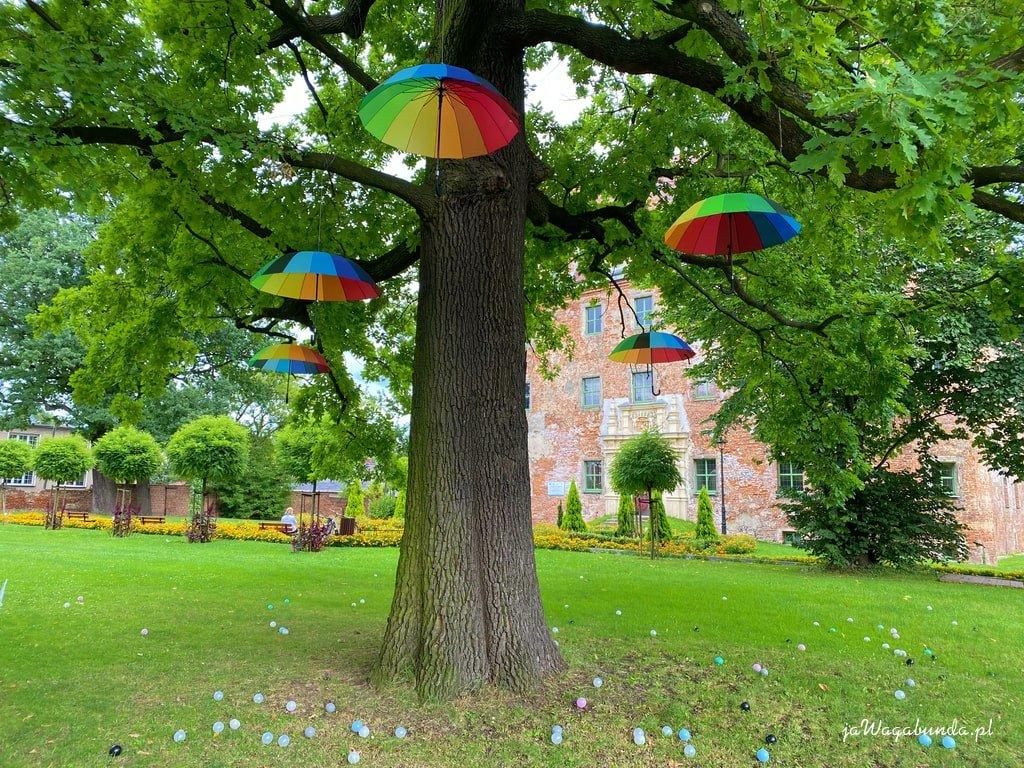 drzewo z kolorowymi parasolkami
