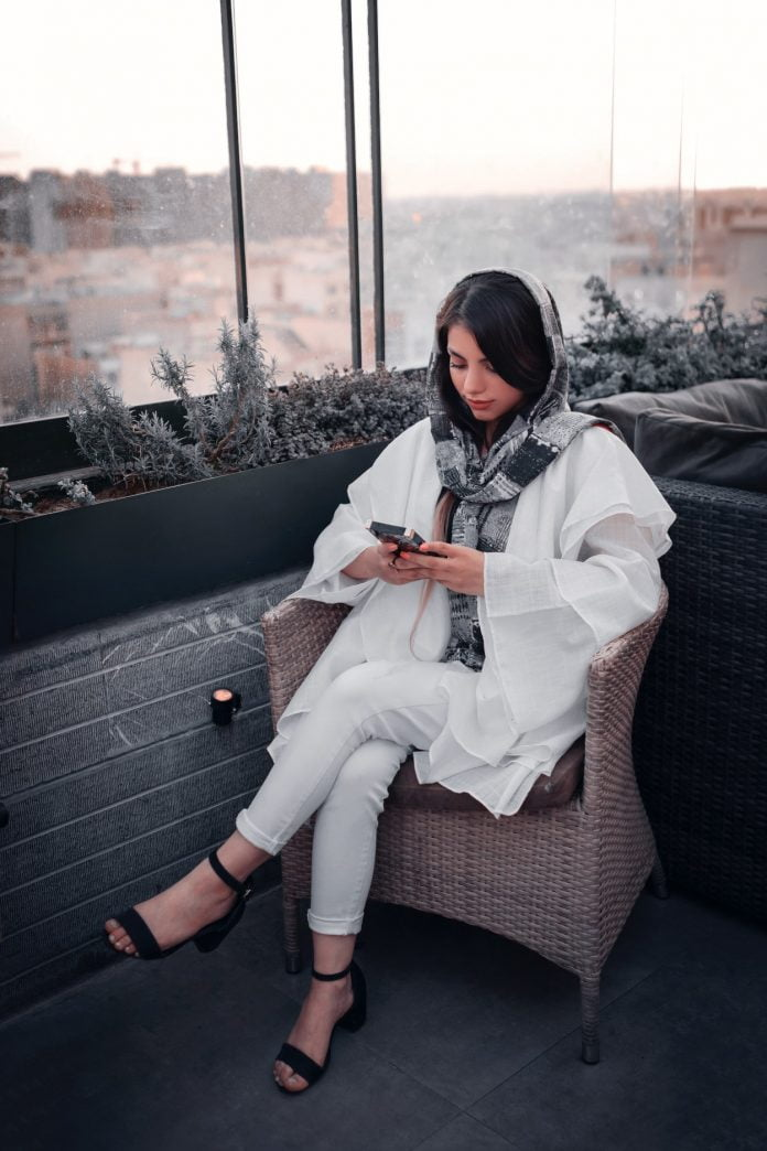 kobieta siedzi w fotelu