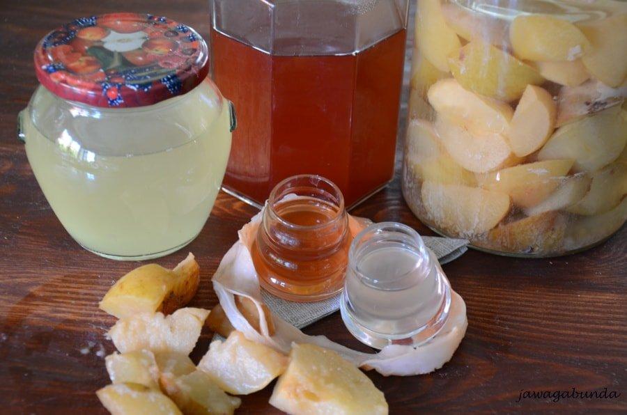 ocet jabłkowy w szklanych pojemnikach